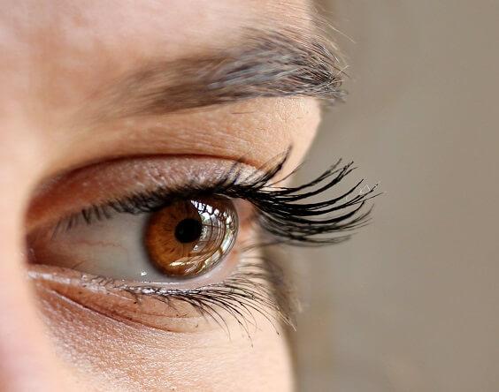 רופא עיניים המתמחה בניתוח קטרקט