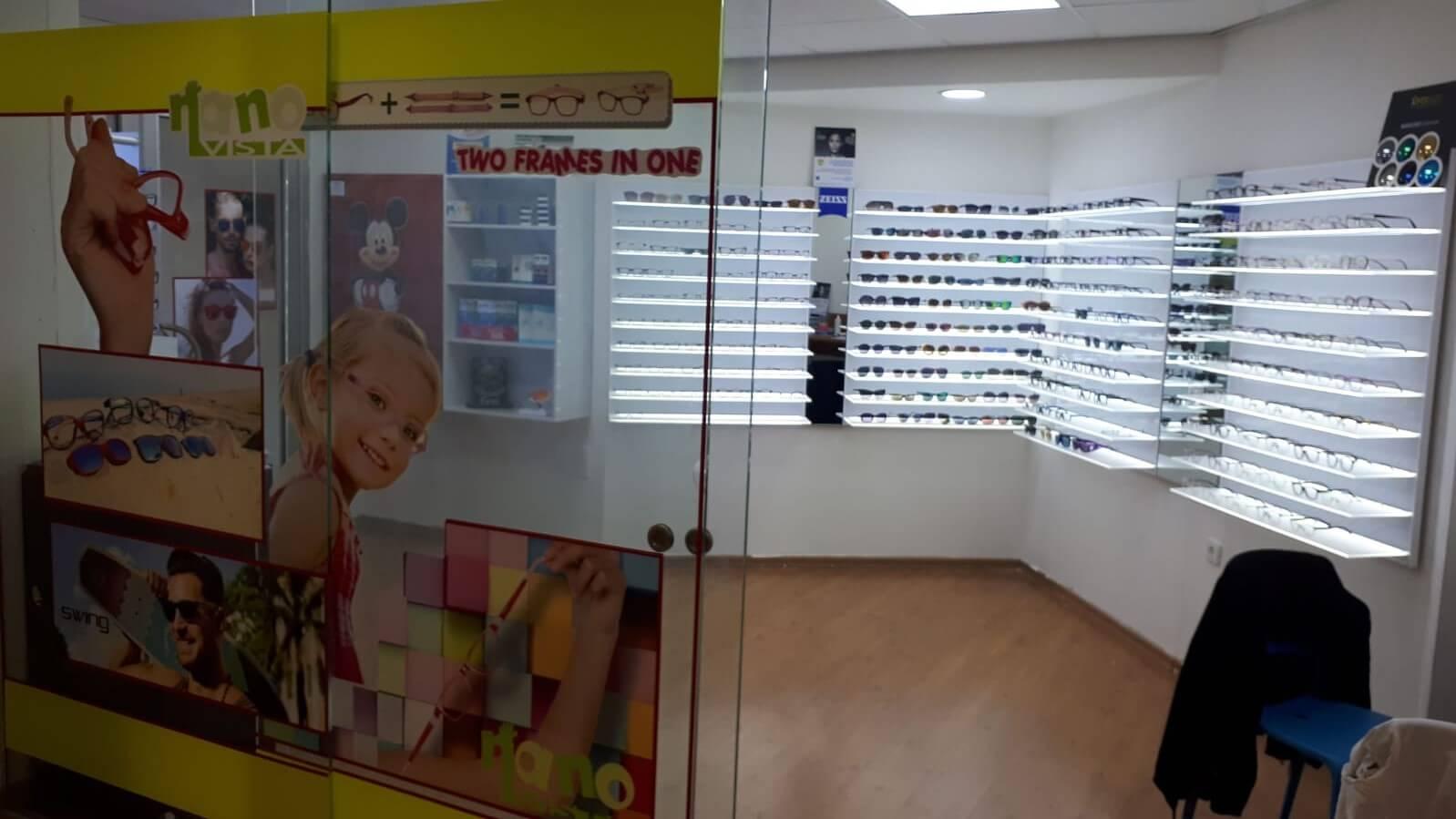 סטנד משקפיים במרפאת מאור